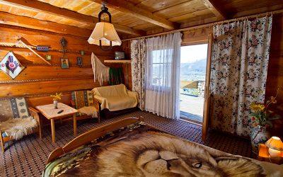 studio z balkonem i widokiem na góry